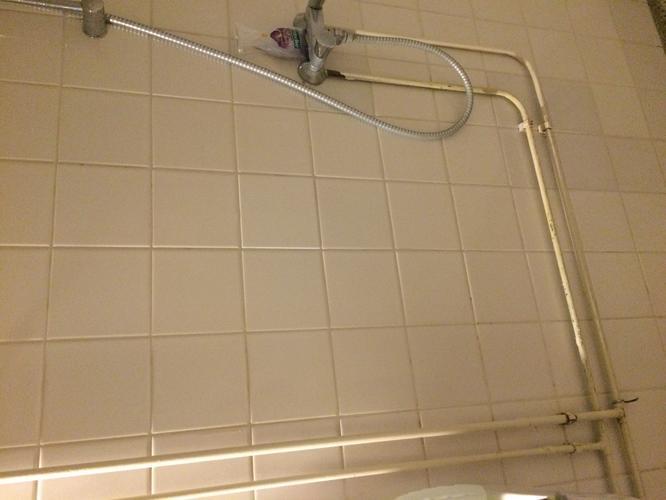 Leidingen wegwerken in badkamer - Werkspot