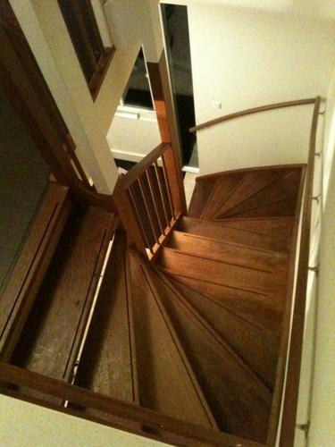 opschuren en lakken van open hardhouten trap werkspot On hardhouten trap lakken