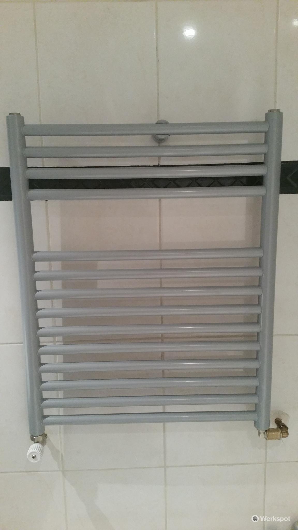 Ophangen en aansluiten badkamer radiator. - Werkspot