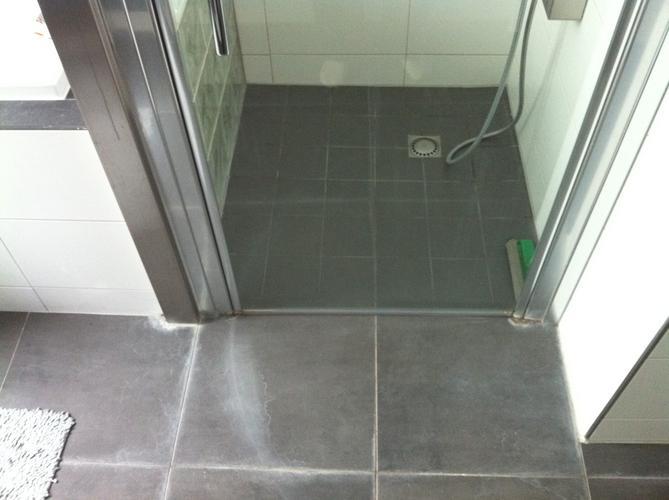 Drempel plaatsen onder douche deur - Werkspot