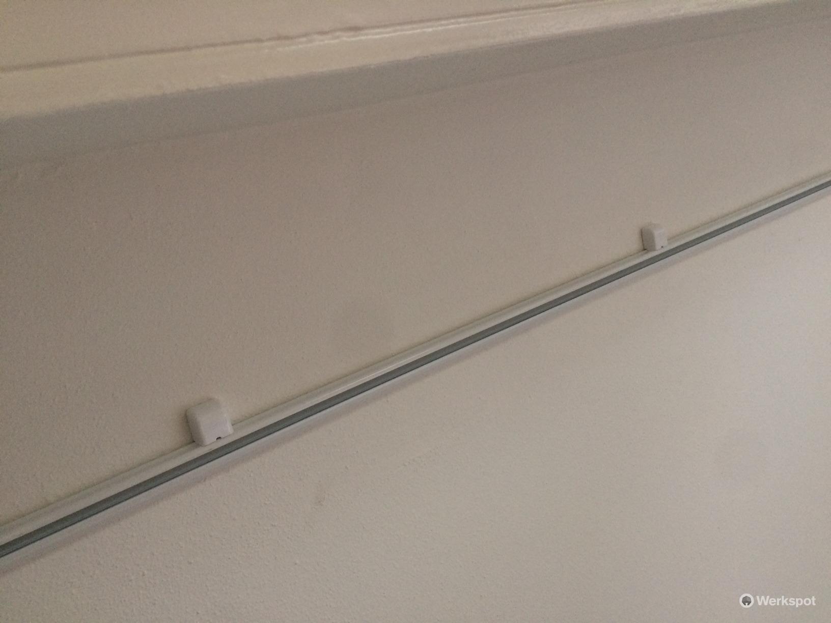 Monteren gordijnrails (ca 4.10 meter) aan plafond - Werkspot