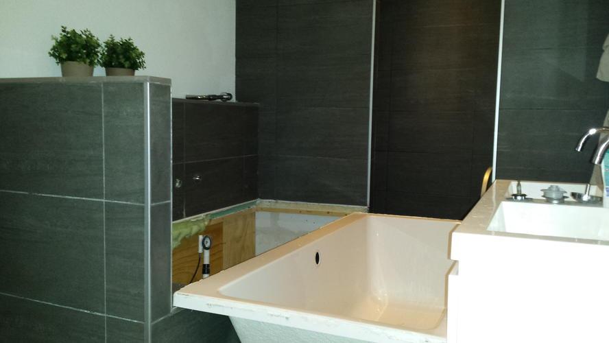 opsporen en herstellen lekkage badkamer + (her)plaatsen bad - Werkspot