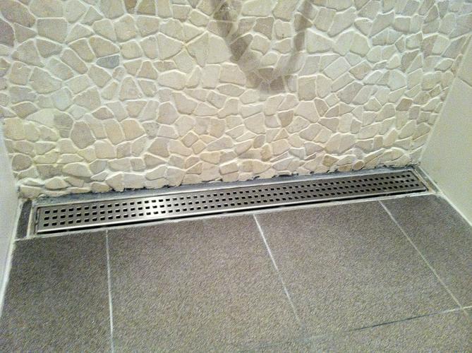 Aanleggen 2 m2 gietvloer over bestaande tegelvloer in inloopdouche ...