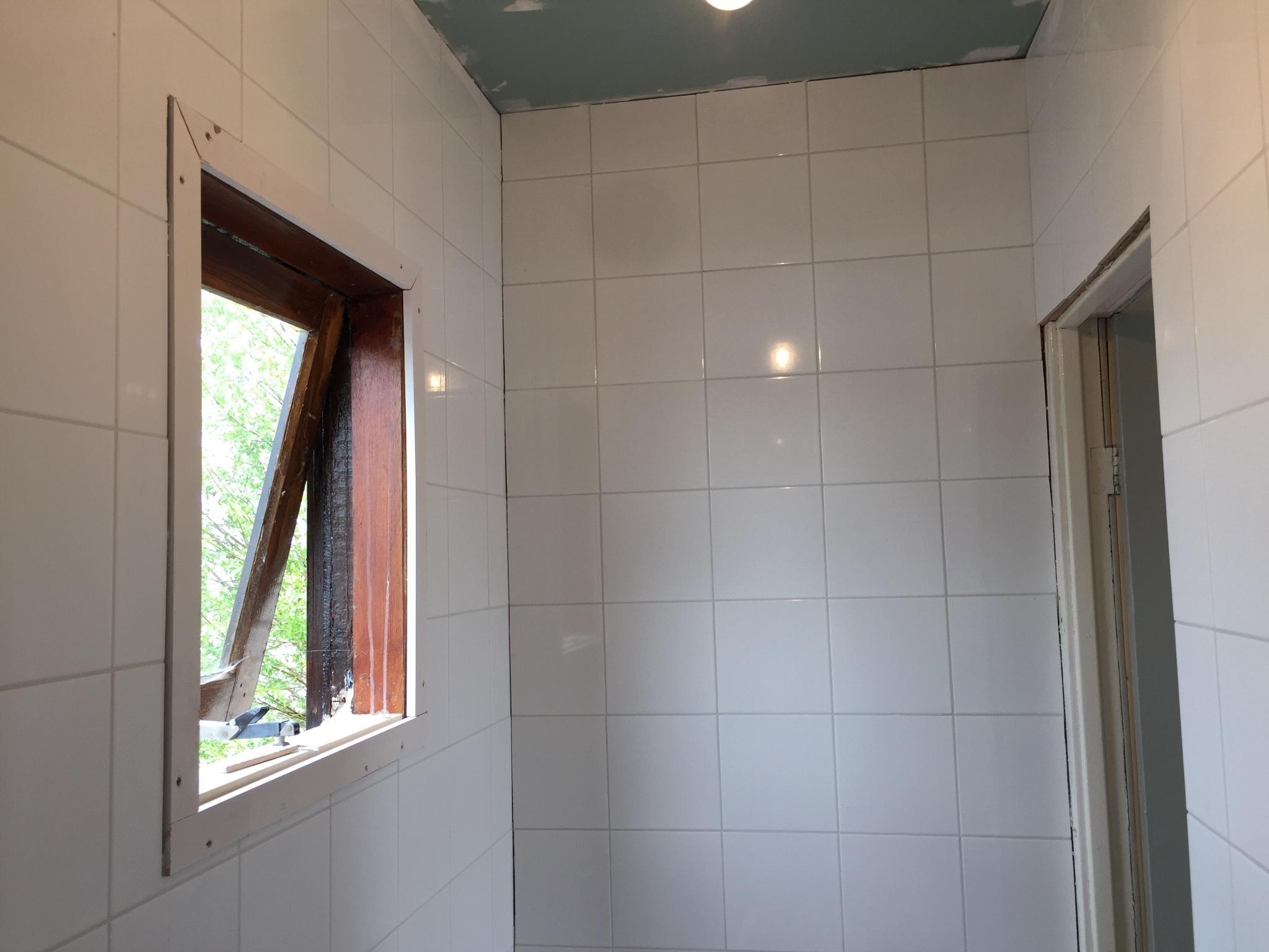 Badkamer Zelf Tegelen : Badkamer muren tegelen m werkspot
