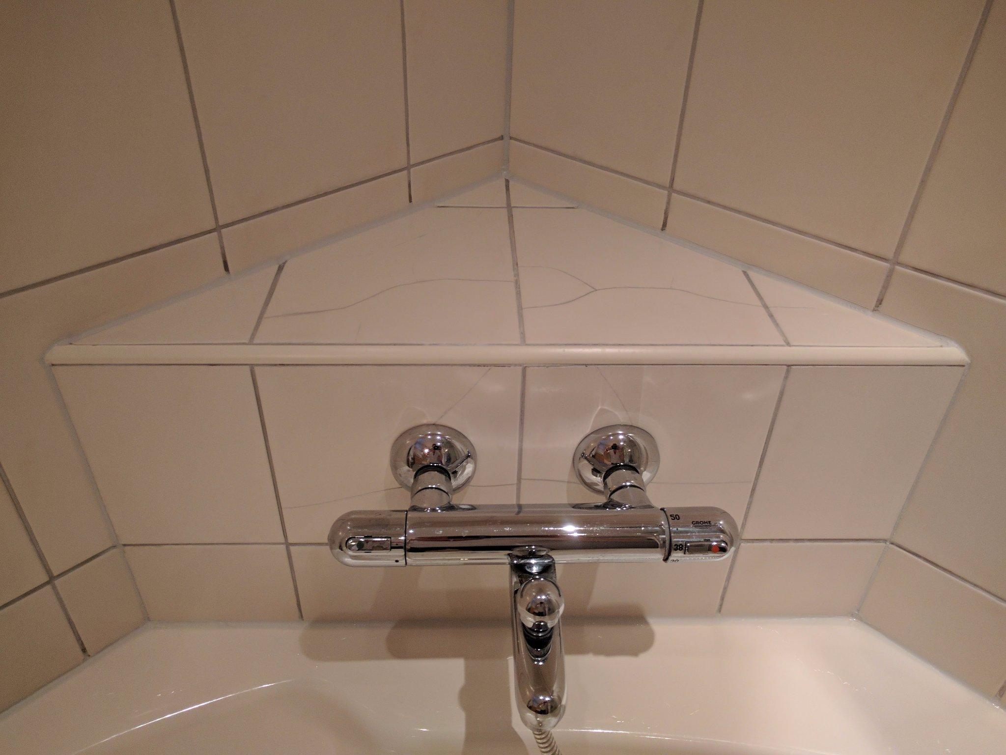 Badkamer aantal gebarsten tegels vervangen door voorraad tegels ...
