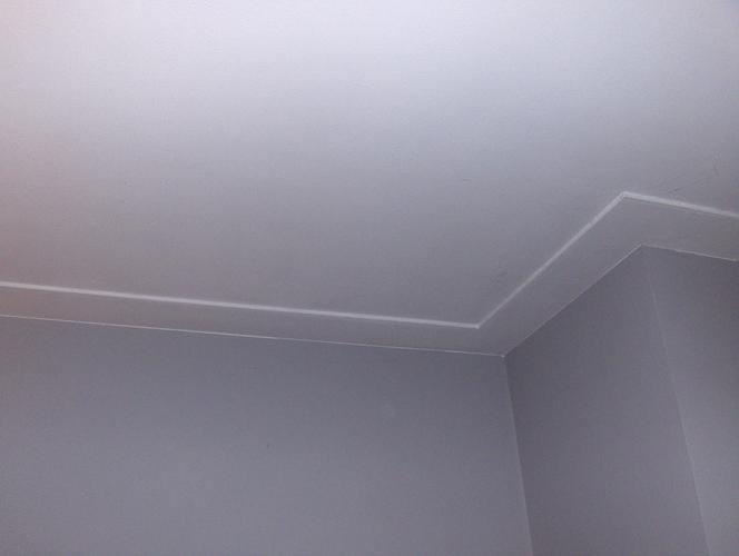 Glad stucen van halletje en keuken plaatsen van for Plafond sierlijst