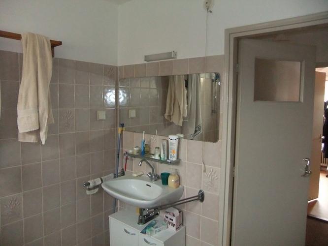 geaarde wandcontactdoos badkamer aanbrengen - Werkspot
