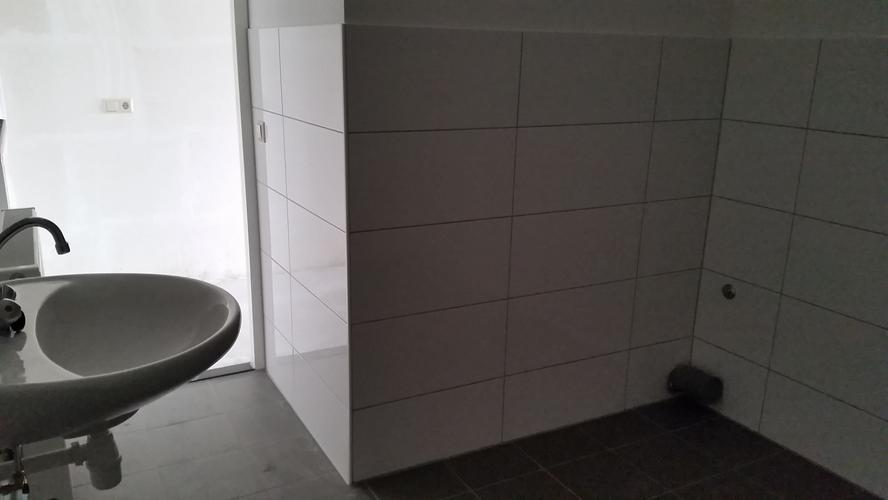 Badkamer Wand Betegelen : Nieuwbouwwoning: betegelen badkamer tot plafond nu tot 1 5 meter b