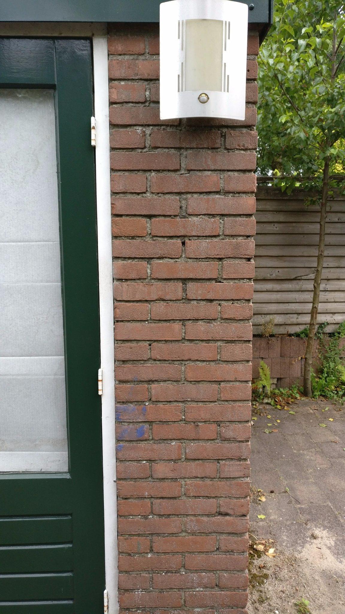 Muur woning / schuur deels schoonmaken, impregneren en mortel voegen ...