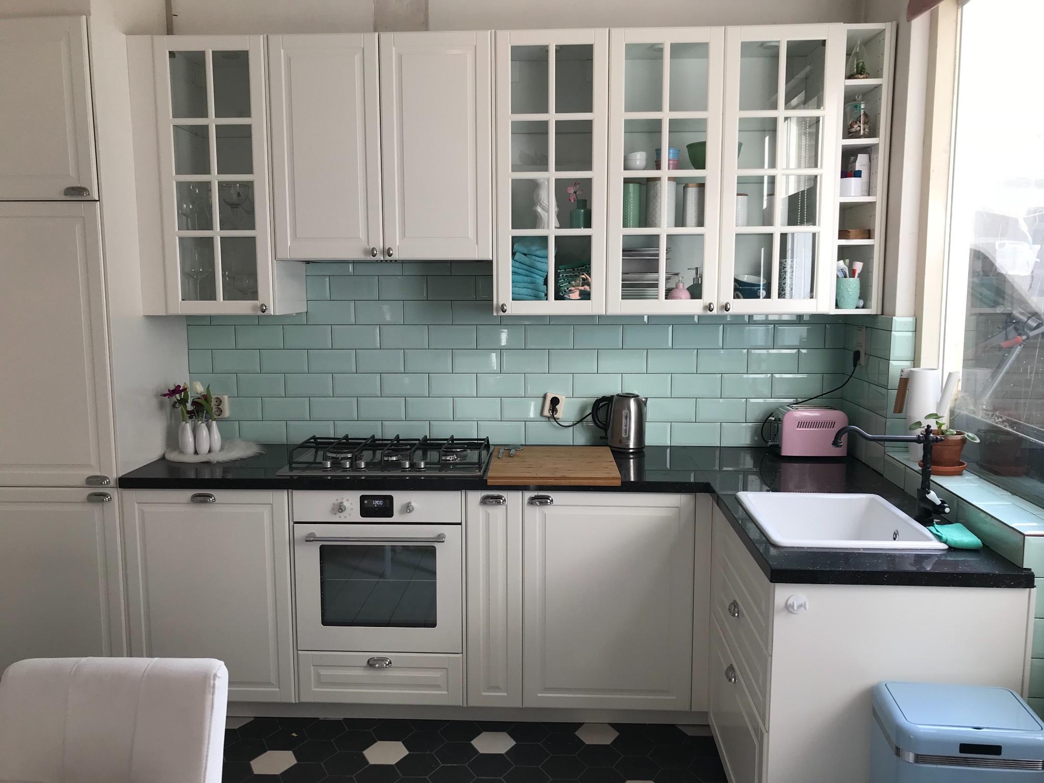 Plaatsen van klassieke keuken in keuken oud huis met moeilijke