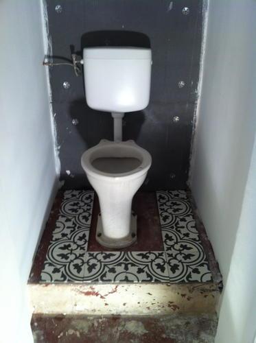 Portugese cement tegels op vloer plaatsen rondom wc pot werkspot - Tegel model voor wc ...