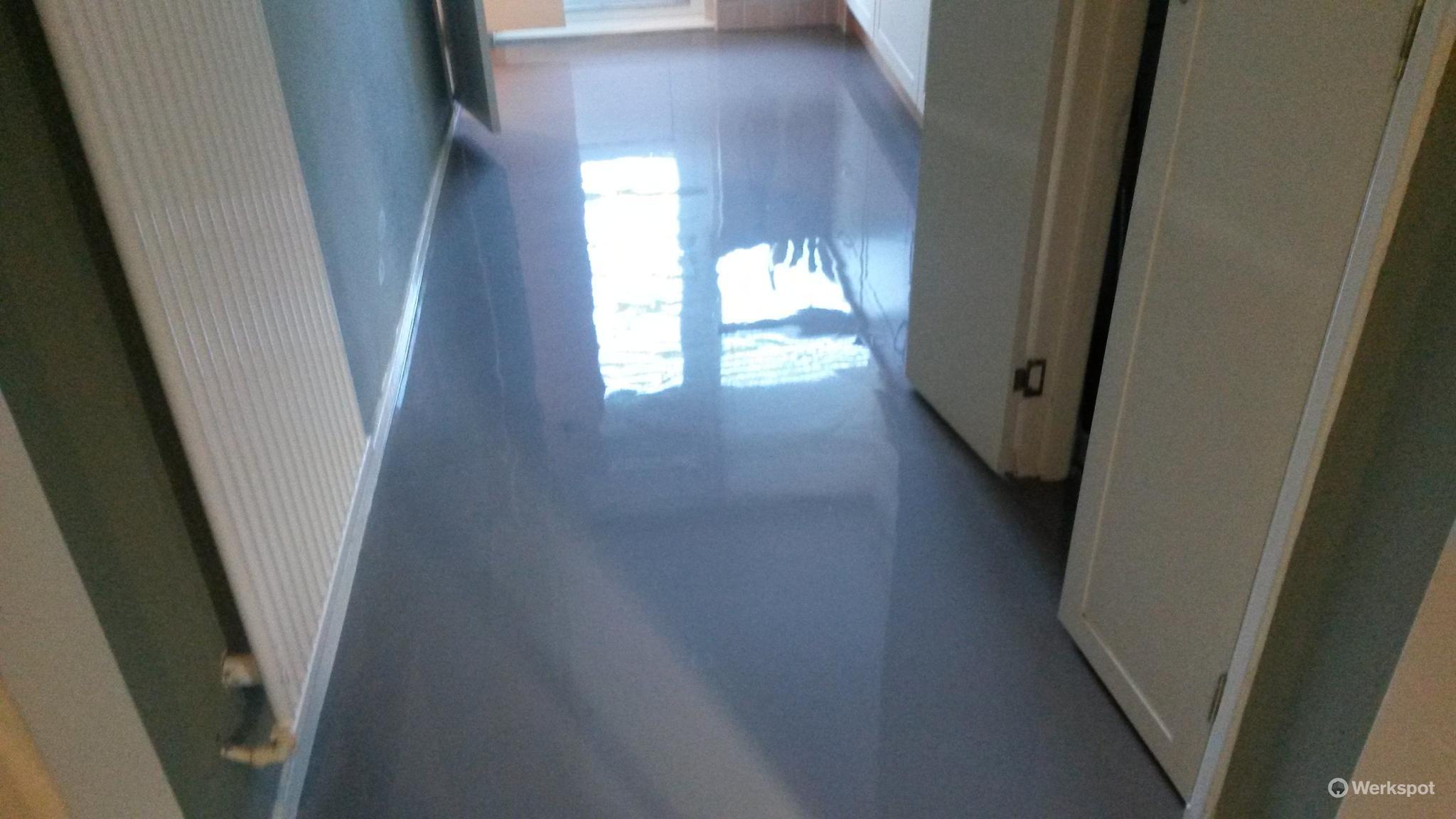 Keuken en badkamer egaliseren laminaat plak leggen werkspot