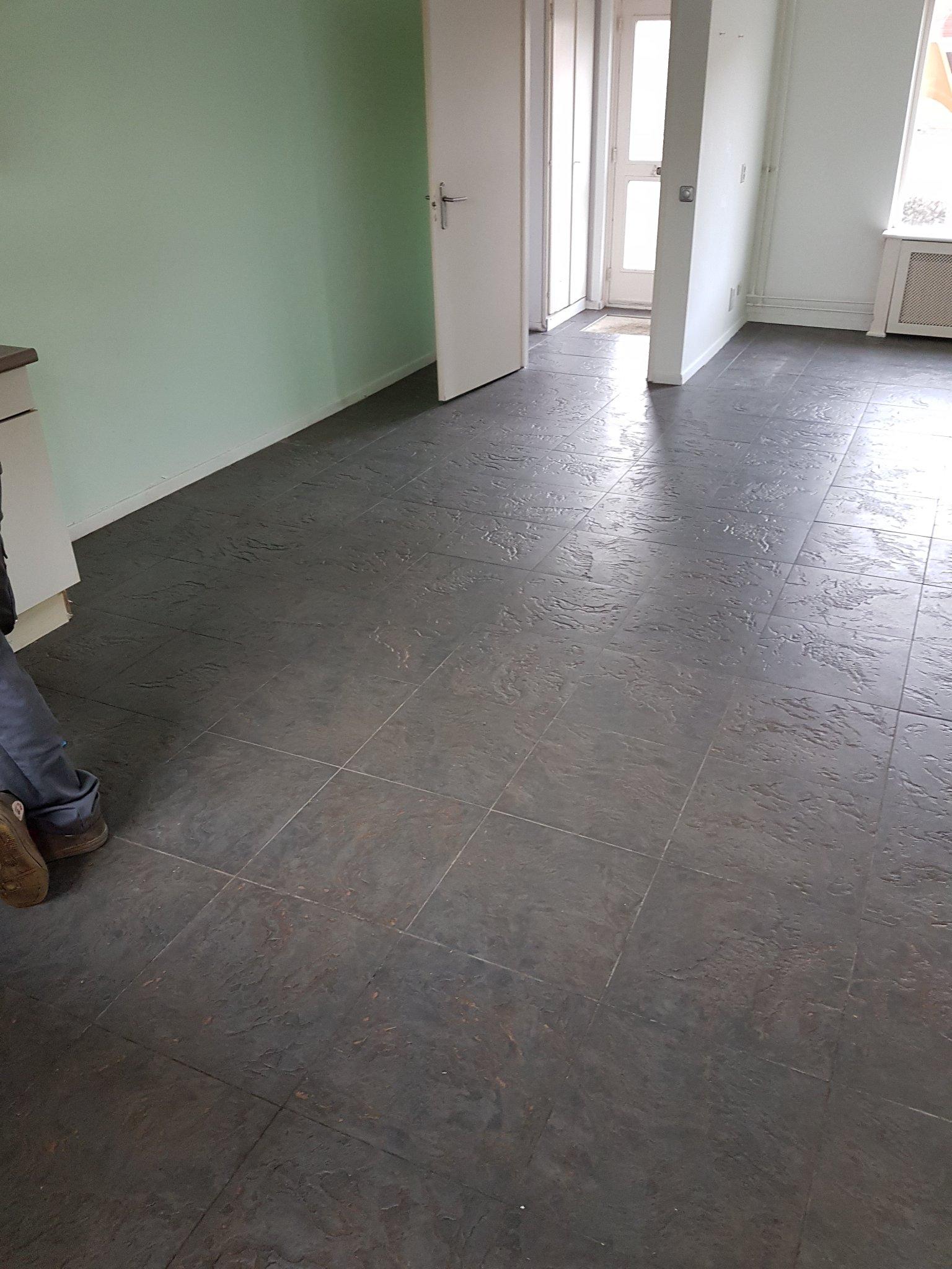 Stenen vloer woonkamer verwijderen (in cement) +/- 35m2 - Werkspot