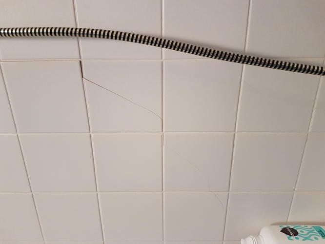 Badkamer muur gedeeltelijk opnieuw betegelen ivm krimp uitzet