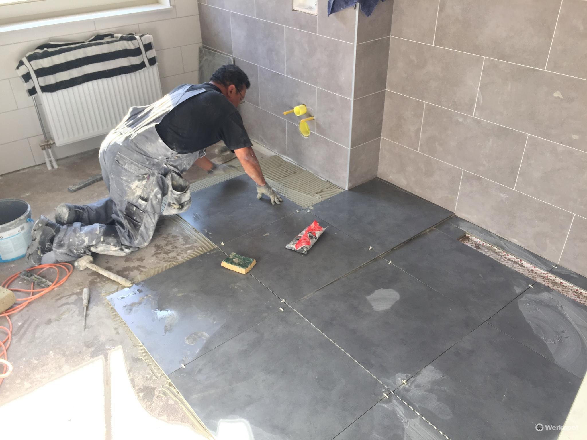 Tegels Badkamer Zeewolde : Nieuwbouw badkamer tegels zetten en sanitair aansluiten werkspot