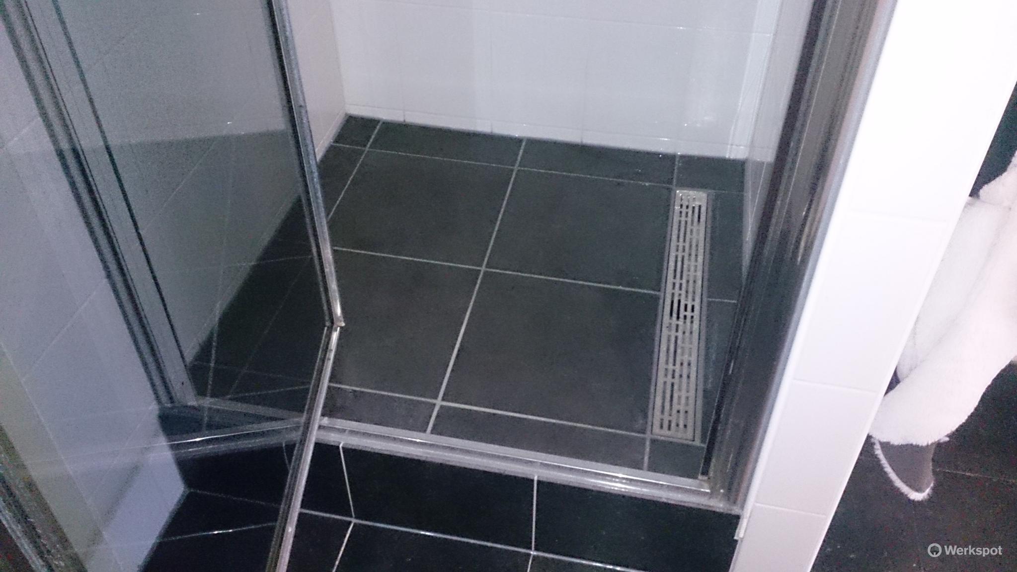 Reparatie Tegels Badkamer : Douchebak vervangen lek reparatie tegel reparatie werkspot