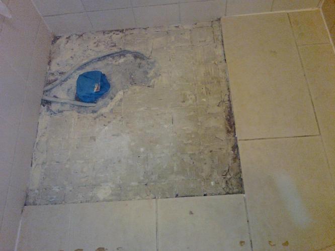 Badkamer Betegelen Muur : Betreft metselen en betegelen van een stukje badkamer muur en een