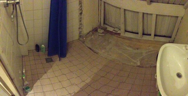 Tegels snijden en leggen in kleine badkamer, vloer (op afschot) en ...