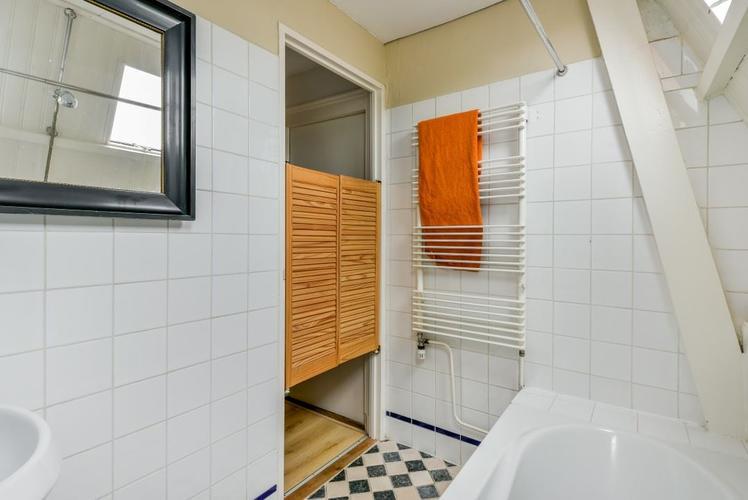 verbouwen kleine badkamer onder schuin dak. Materialen als douchewa ...