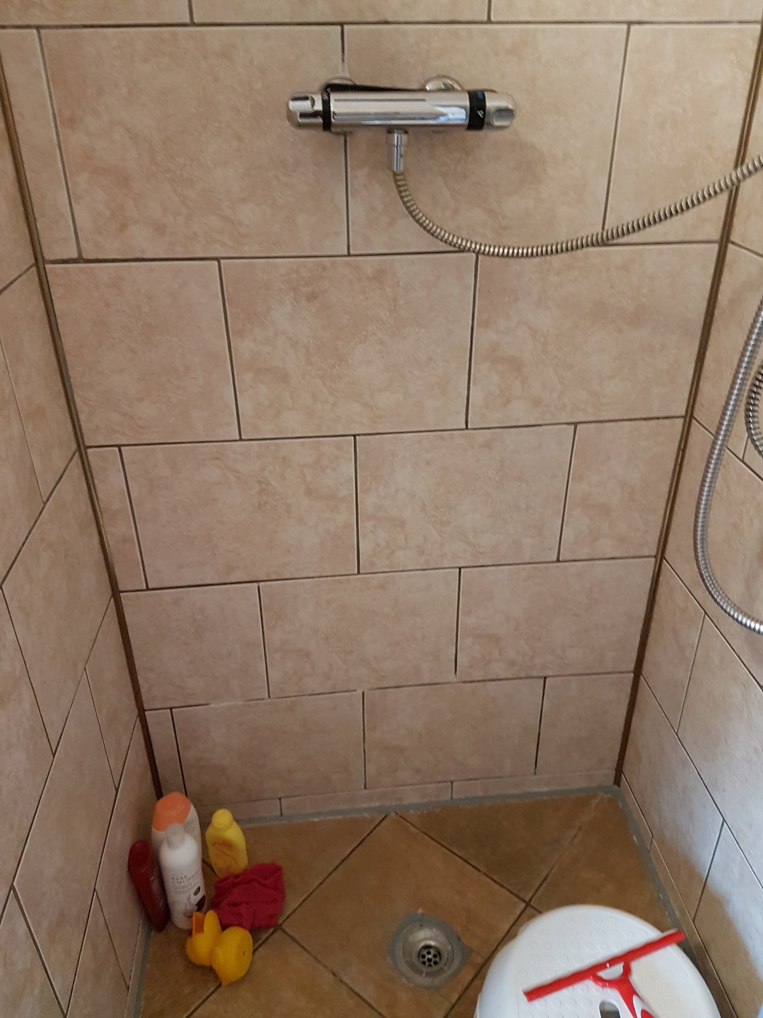 Voegen badkamer wandtegels (gedeeltelijk) vernieuwen - Werkspot