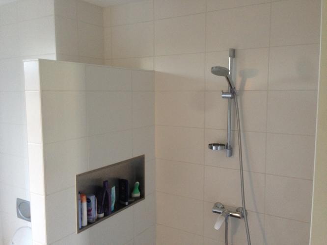Inmeten en plaatsen van glazen douche wand/deur (nis) - Werkspot