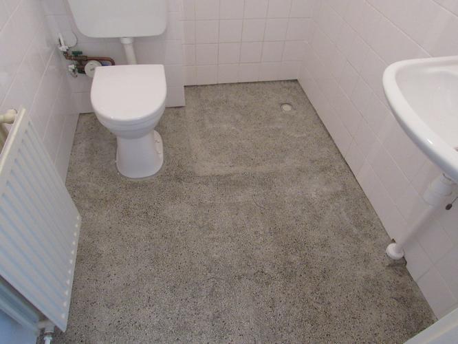 Plaatsen hangend toilet & betegelen badkamer vloer koof werkspot