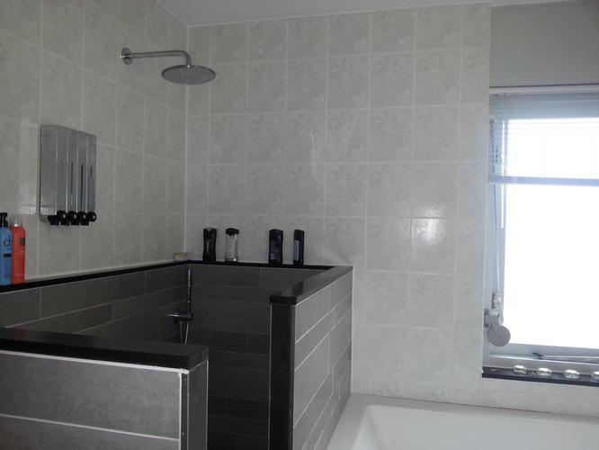 Muurtje douche badkamer: witte badkamer met gouden douche badkamers
