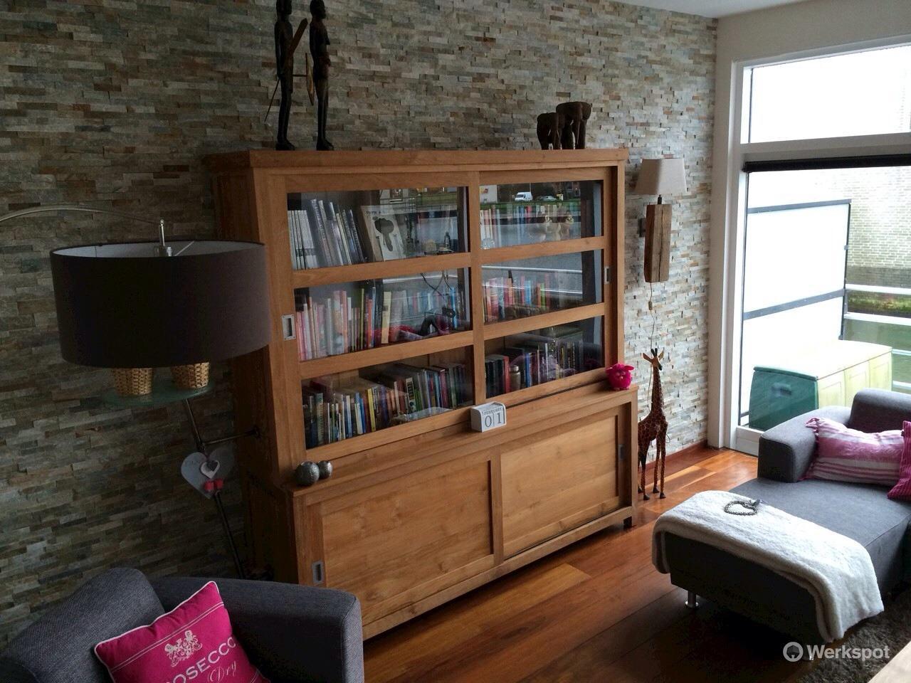 Steenstrips ca. 5 x 3 m2 op gladde muur in woonkamer - Werkspot