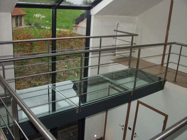 Inmeten leveren en plaatsen glazen loopbrug framewerk met for Vaste zoldertrap incl plaatsen en inmeten