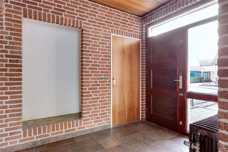 Bakstenen muur stuccen hal overloop en woonkamer - Werkspot