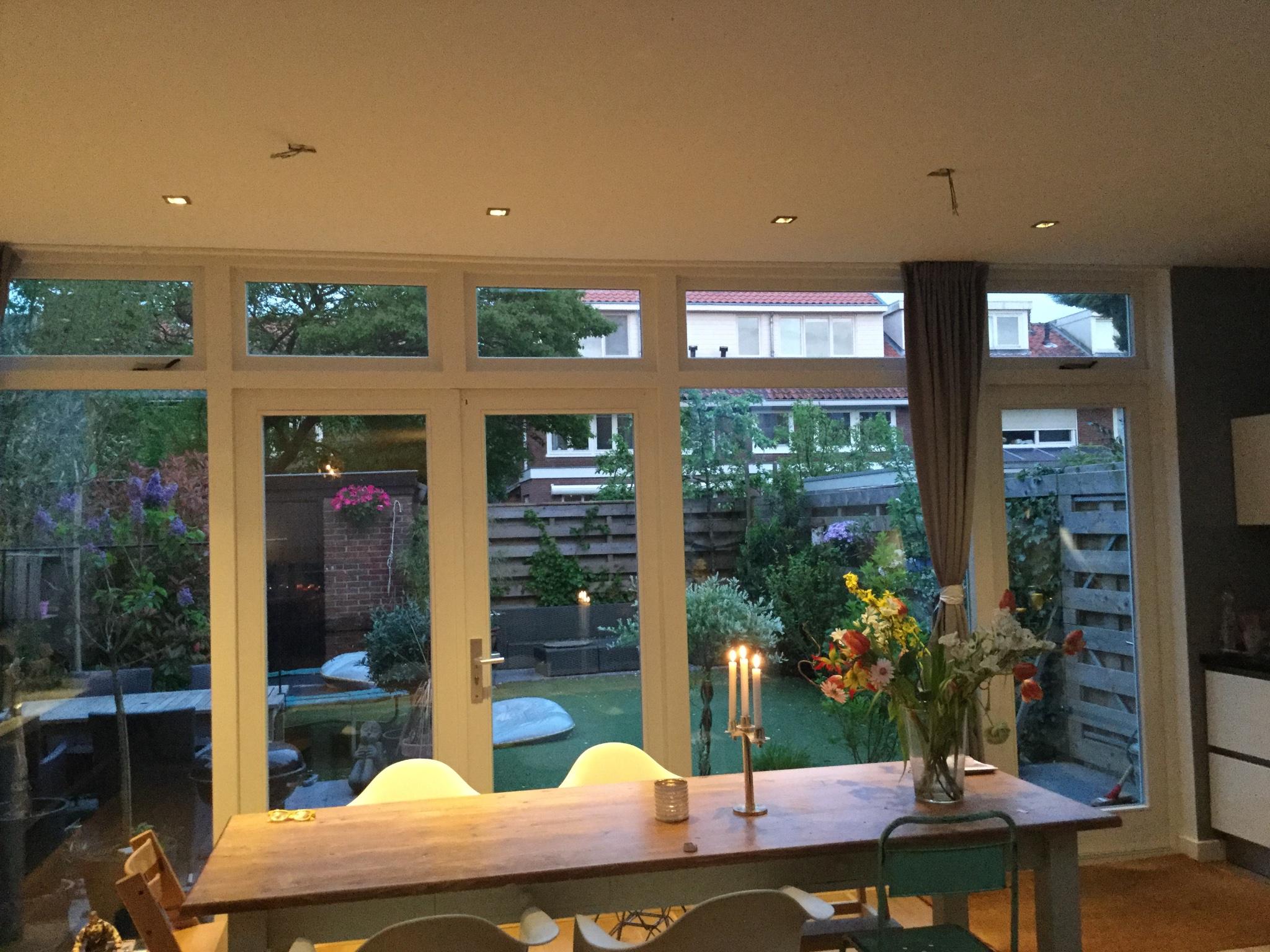Twee Lampen Ophangen : Twee lampen ophangen lichtpunten zitten iets buiten de tafel