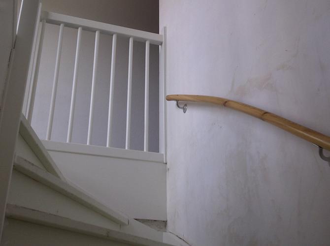 Trap en trapgat schilderen werkspot - Schilderen muur trap ...