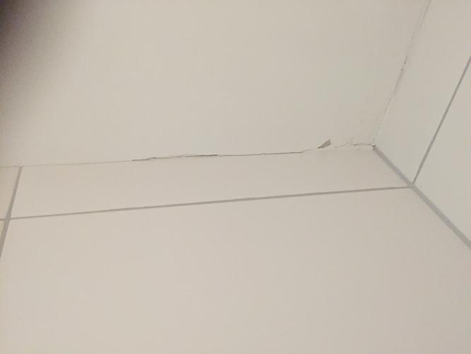 Afwerken plafond badkamer en opnieuw kitten - Werkspot