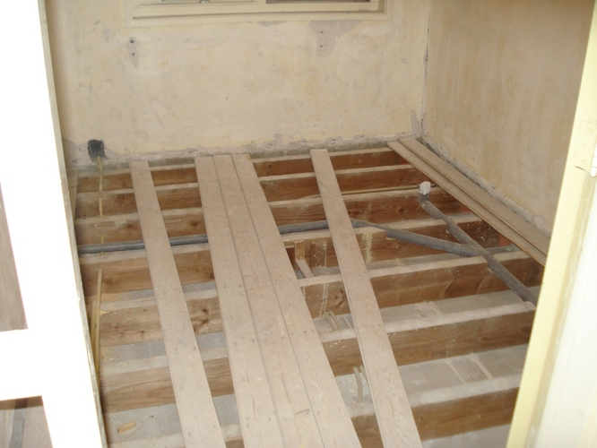 Oude houten vloer uitvlakken: vloer egaliseren houten chalet