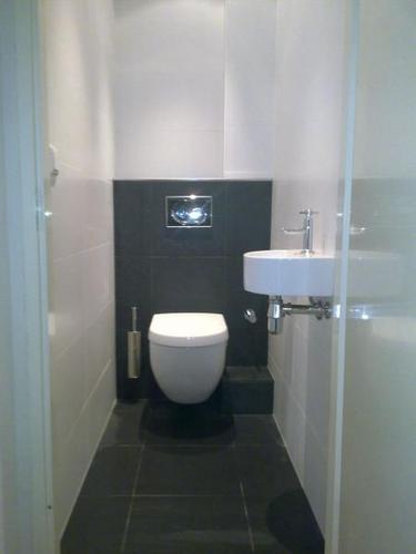 Wc verbouwen slopen tegelen hangend toilet wastafel plaatsen werkspot for Fotos wc hangen tegel