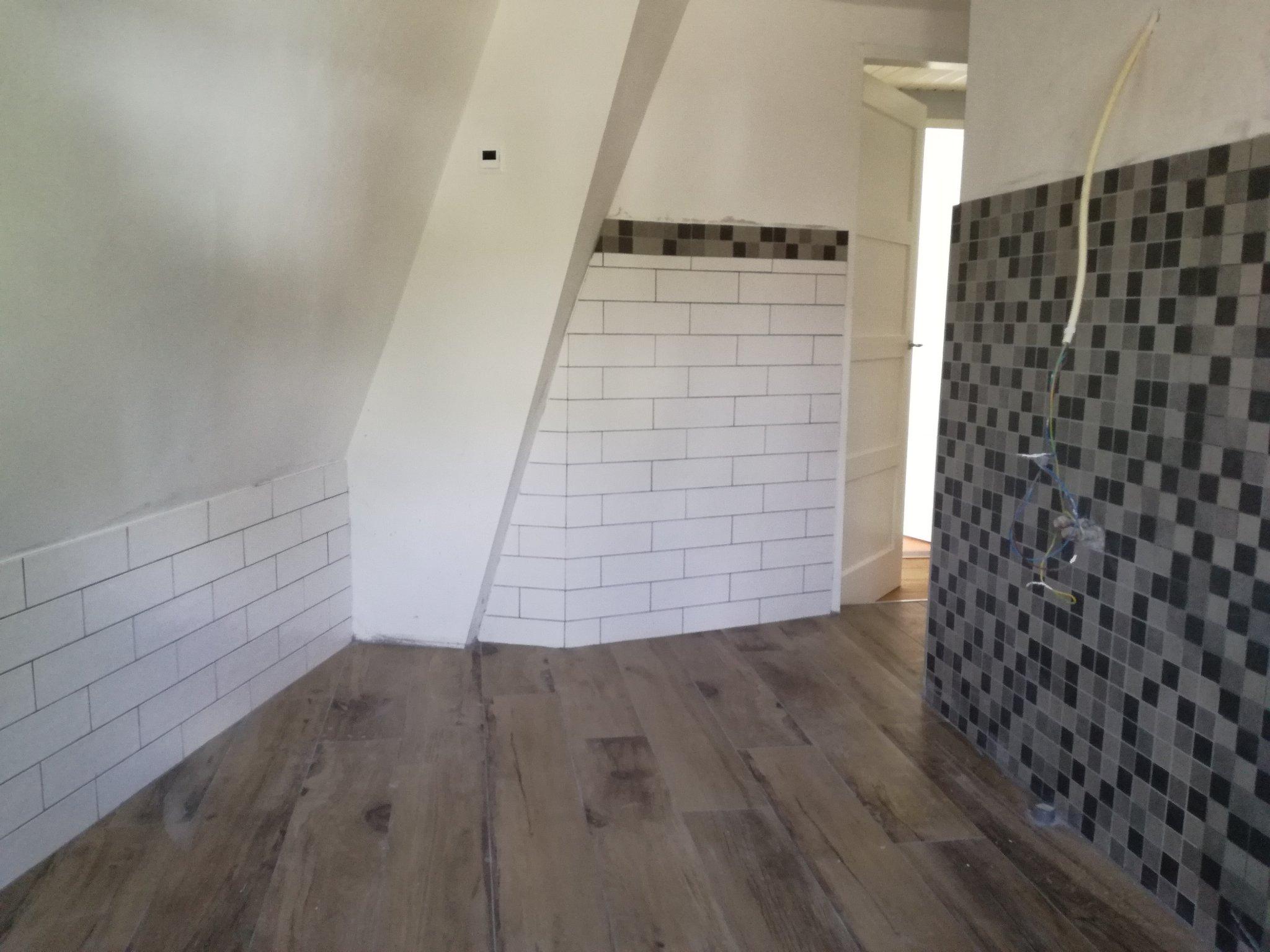 Tegelen vloer en electrische vloerverwarming aanleggen in badkamer ...