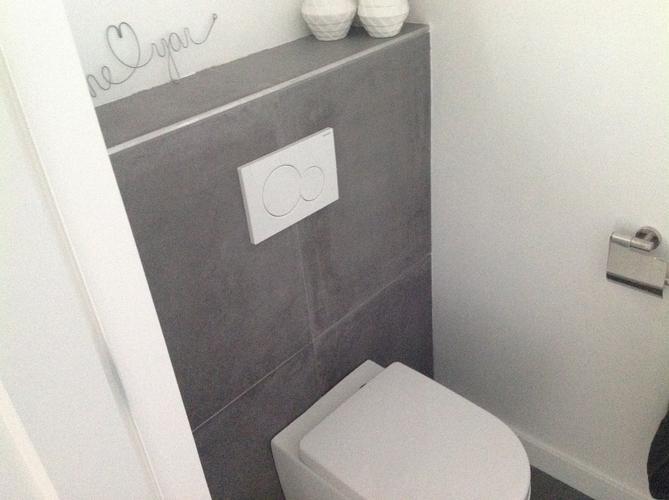 Kitten van de wc witte en grijze kit werkspot - Deco toilet grijs en wit ...