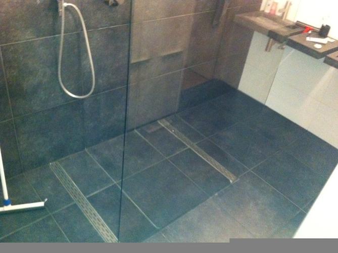 opnieuw voegen van een badkamervloer 25 strekkende meters
