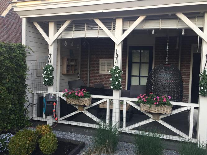 Planken timmeren om muur te bekleden bij veranda werkspot