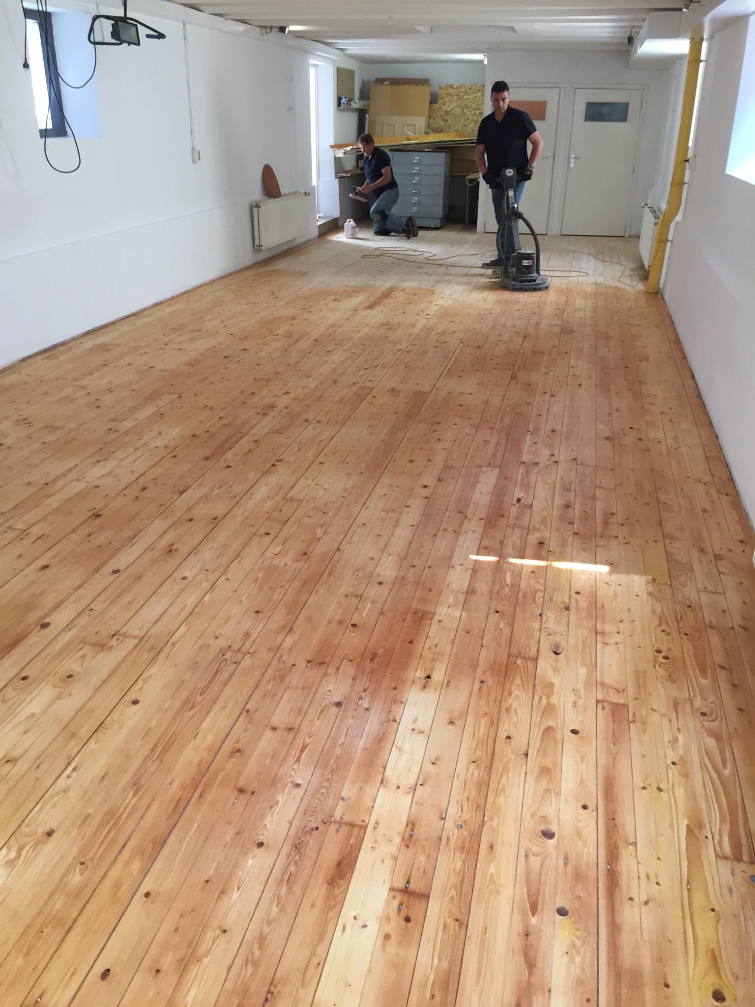 schuren en lakken houten vloer 75 m2 werkspot