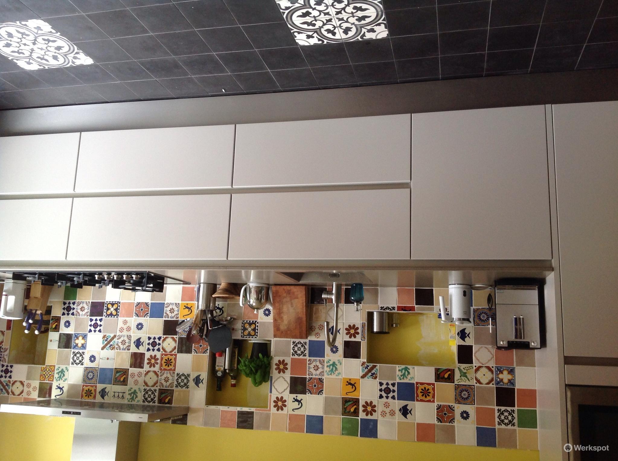 Hangemaakte mexicaanse tegels zetten in keuken en portugese vloer