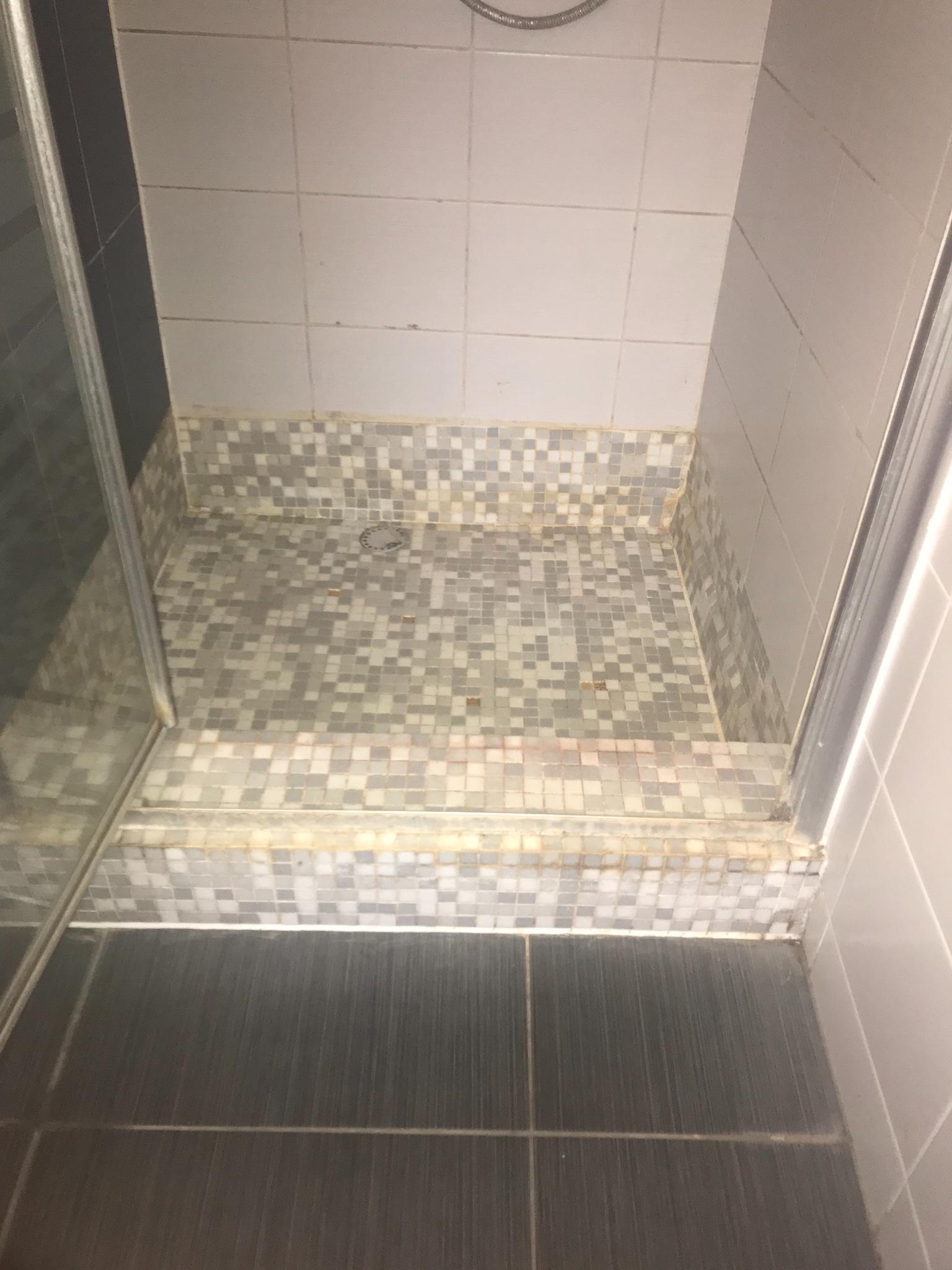 Badkamer mozaiek tegels vervangen - Werkspot