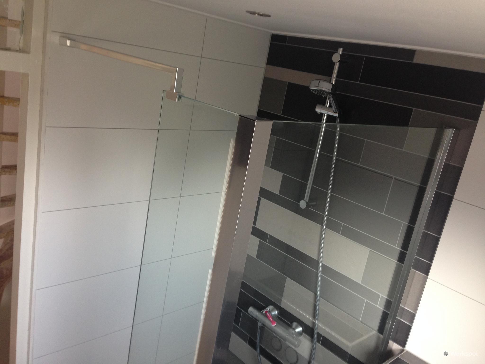 Badkamer betegelen & voegen + aanleggen douchedrain en ...
