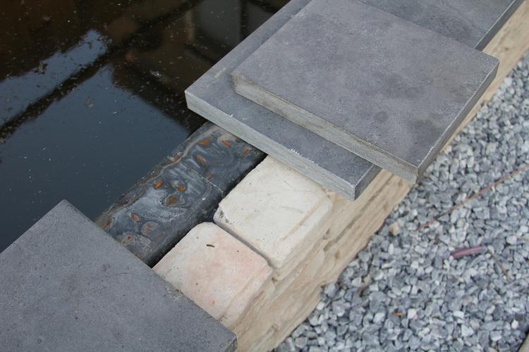 Vastmaken hardsteen vijverrand werkspot for Vijverrand maken
