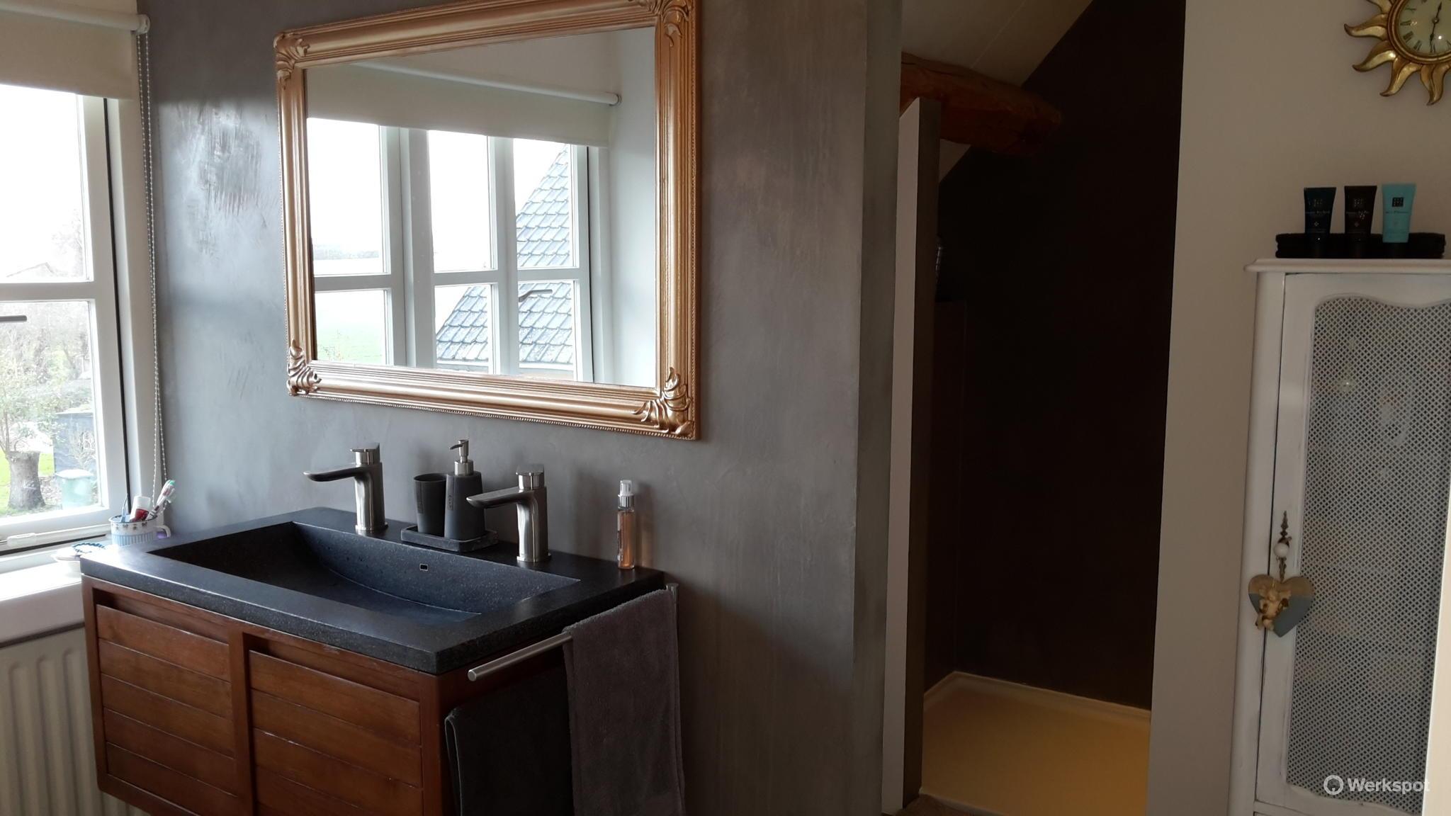 Badkamer stucen met beton cire / deco stuc - Werkspot