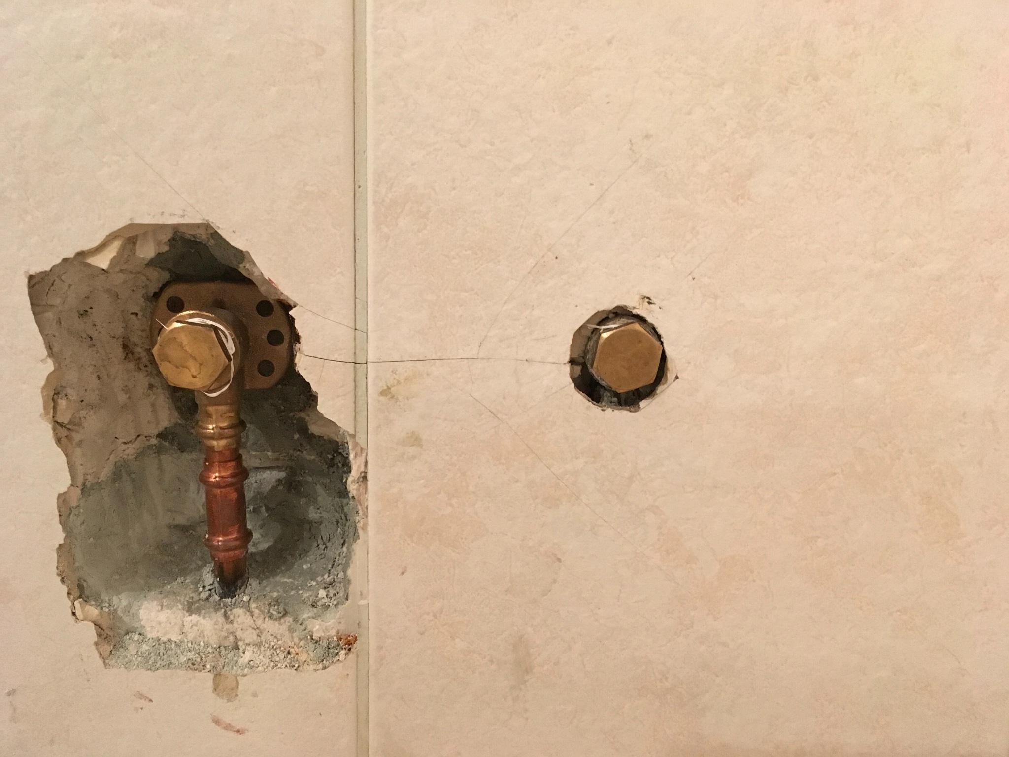 Badkamer Douche Kranen : Badkamer muur repareren twee tegels zetten douchekraan monteren