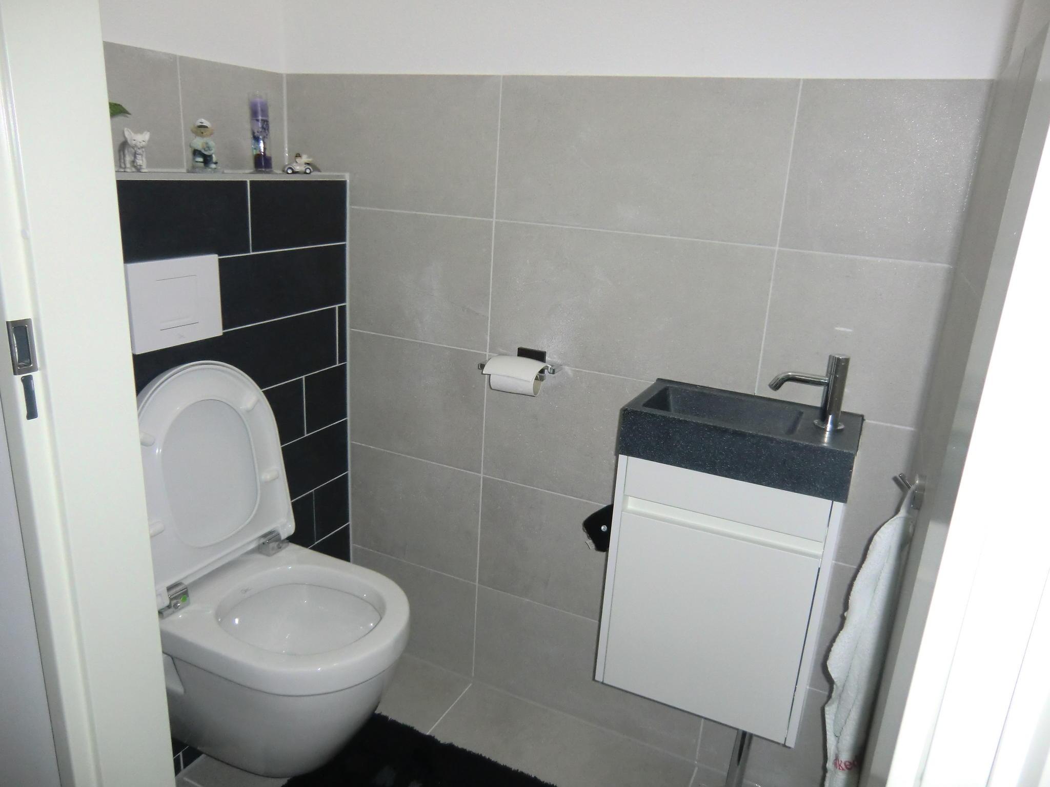 Volledig betegelen inrichten en aansluiten bad en wc ruimte werkspot - Opnieuw zijn toilet ...