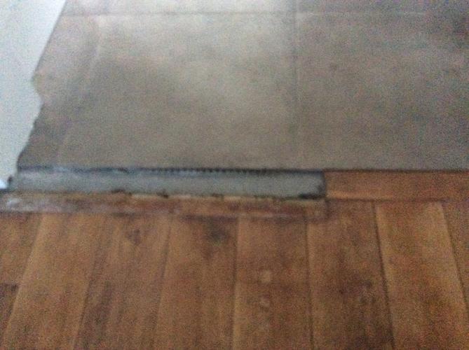 3 tegels passend maken en stukje houten vloer aanpassen - Werkspot