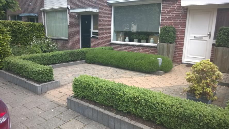 Voortuin bestraten plus borders voor planten werkspot for Foto s voortuinen