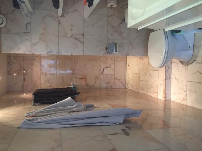 Badkamer, kitten, plafond verven en spotjes vervangen - Werkspot